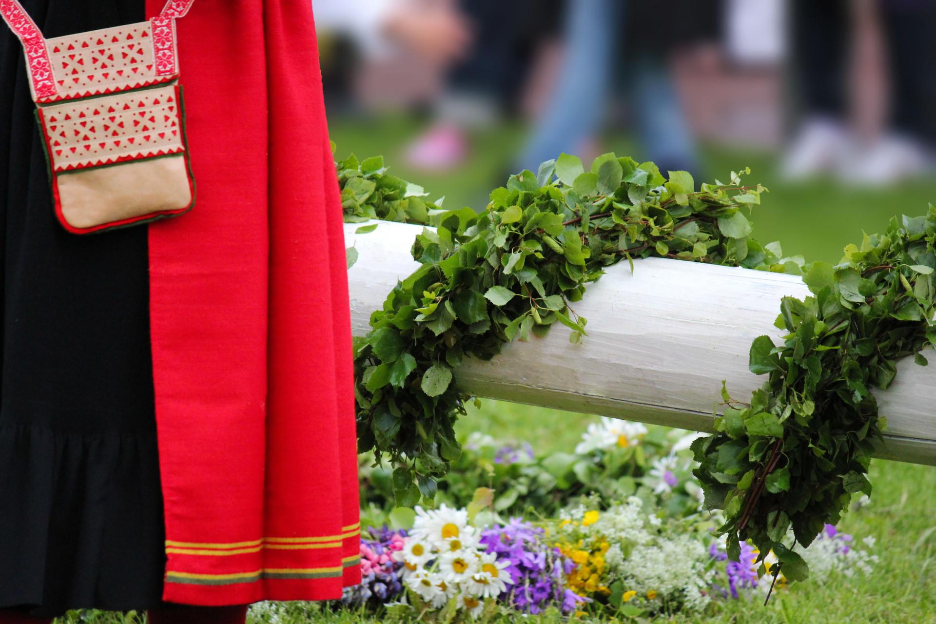 Majstång, blommor och kulla